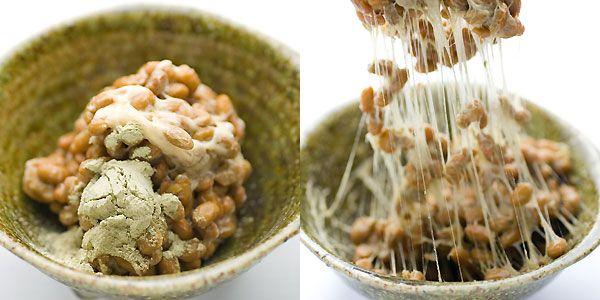 納豆にがごめ昆布の粉末を混ぜている写真